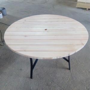Jasny drewniany stolik