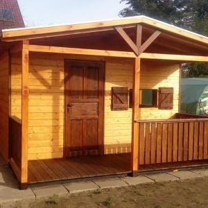 Żółty drewniany domek